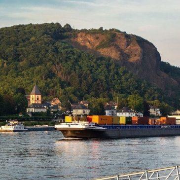 Грузовой эко-корабль с парусами из металла